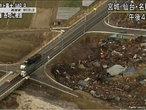 <em>Tsunami</em> devasta a cidade de Sendai em 2011, na imagem a onda carrega destroços e incêndios em uma grande faixa litorânea. A cidade, que tem cerca de 1 milhão de habitantes, fica a 300 km de Tóquio, e o epicentro do tremor, no mar, não fica muito distante dessa região. </br></br> Palavras-chave: Terremoto. Tsunami. Japão. Sendai. Sismos. Maremotos. Tóquio. Epicentro. Placas Tectônicas. Abalos Sísmicos.