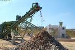 A Usina de Reciclagem tem por objetivos: possibilitar a reciclagem, diminuindo o volume nas valas, o que aumentar� a vida �til do aterro, implantar a coleta seletiva no munic�pio, o que desenvolver� a consci�ncia da popula��o nas quest�es ambientais. </br></br> Palavras-chave: Dimens�o Socioambiental do Espa�o Geogr�fico. Territ�rio. Regi�o. Pa�ses. Polui��o H�drica. Usina de Reciclagem. Popula��o. Cidad�o Consciente. Ambiente.