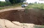 Vista de uma voçoroca no munícipio de Avaré estado de São Paulo. A voçoroca ou boçoroca é um fenômeno geológico que consiste na formação de grandes buracos de erosão, causados pela chuva e intempéries, em solos onde a vegetação é escassa e não mais protege o solo, que fica cascalhento e suscetível de carregamento por enxurradas.  </br></br>  Palavras-chave: Voçoroca. Erosão. Agricultura. Meio Ambiente. Plantio. Curva de Nível. Relevo. Solo. Desmatamento. Cobertura Vegetal.