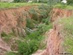 Vista de uma vo�oroca no mun�cipio de Avar� estado de S�o Paulo. A vo�oroca ou bo�oroca � um fen�meno geol�gico que consiste na forma��o de grandes buracos de eros�o, causados pela chuva e intemp�ries, em solos onde a vegeta��o � escassa e n�o mais protege o solo, que fica cascalhento e suscet�vel de carregamento por enxurradas.  </br></br>  Palavras-chave: Dimens�o Socioambiental. Econ�mia do Espa�o Geogr�fico. Vo�oroca. Eros�o. Agricultura. Meio Ambiente. Plantio. Curva de N�vel. Solo. Relevo. Desmatamento. Cobertura Vegetal.