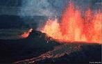 Magma é rocha fundida, localizado normalmente dentro de uma câmara de magma, debaixo da superfície da Terra. O magma permanece sob alta pressão e, algumas vezes, emerge através das fendas vulcânicas, na forma de lava fluente e fluxos piroclásticos. Os produtos de uma erupção vulcânica geralmente contêm gases dissolvidos que podem nunca ter alcançado a superfície do planeta.  </br></br> Palavras-chave: Magma. Terremoto. Placas Tectônica. Natureza. Lugar. Território. Intemperismo. Vulcão. Abalos Sísmicos. Relevo.