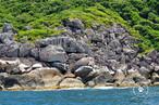 Costões rochosos são ambientes costeiros localizados em rochas a beira mar. Eles existem por quase todo o litoral brasileiro, do Maranhão ao Rio Grande do Sul, mas são mais comuns em regiões onde há serras. Fazem parte destes ecossistemas falésias e matacões, que são fragmentos de rocha em formato esférico. Na imagem, costão rochoso na Ilha Bela, estado de São Paulo.</br></br>Palavras-chave: Ambientes Costeiros. Costões rochosos. Turismo. Biomas.