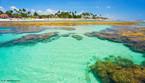 """Os recifes de coral são considerados um dos mais antigos e biodiversos ecossistemas da Terra, tendo grande importância ecológica, social e econômica em todo o planeta. Uma em cada quatro espécies marinhas vive em recifes de coral, incluindo 65% das espécies de peixes. No Brasil, os recifes se distribuem por cerca de 3 mil quilômetros e são considerados os únicos ecossistemas recifais do Atlântico Sul. Das mais de 350 espécies de corais existentes no mundo, pelo menos 20 delas estão no Brasil, sendo que, destas, oito encontram-se apenas nos mares brasileiros - a maior proporção de endemismo de corais do planeta. Devido ao seu uso desordenado, ao longo dos anos, diversos recifes brasileiros, principalmente os costeiros, encontram-se em acelerado processo de degradação. Evidências indicam que o uso inadequado desses ecossistemas pela pesca, atividades turísticas, mau uso da terra na orla marítima pode estar comprometendo o futuro desses ambientes. Fonte: <a target=""""_blank"""" href=""""http://www.ecodesenvolvimento.org/posts/2011/junho/bioma-maritimo"""">EcoD</a>. Na imagem, recifes de coral em Porto de Galinhas, estado de Pernambuco.</br></br>Palavras-chave: Ambientes Costeiros. Recifes de coral. Degradação. Turismo. Economia."""
