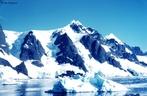 O lado oriental � formado por um extenso planalto, recoberto por uma camada de gelo, cuja espessura �s vezes ultrapassa dois mil metros. O subcontinente ocidental � constitu�do por uma s�rie de ilhas, tamb�m cobertas de gelo. </br></br> Palavras-chave: Geleiras. Neve. Frio Intenso. Descongelamento. Aquecimento Global. Relevo.