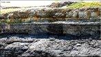 A Formação Irati designa uma sequência de folhelhos com restos do réptil Mesosaurus brasiliensis, descritos na cidade de Irati, no Estado do Paraná. É dividida nos membros Taquaral e Assistência, possui espessura entre 40 e 70 metros, é principalmente constituída de folhelhos pirobetuminosos, folhelhos pretos não betuminosos, dolomitos cinzentos alternando com folhelhos escuros, por vezes nodulosos, calcários mais ou menos dolomitizados, siltitos, folhelhos e arenitos finos, cinzentos, arenitos de granulação fina a grossa e conglomerática. </br></br> Palavras-chave: Dimensão Socioambiental. Território. Lugar. Região. Afloramento. Rochas. Formação Irati.