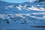 É o mais meridional dos continentes e um dos menores, com 14 milhões de km². Rodeia o polo sul, e por esse motivo está quase completamente coberto por enormes geleiras (glaciares), exceção feita a algumas zonas de elevado declive nas cadeias montanhosas e à extremidade norte da península Antártida. </br></br> Palavras-chave: Neve. Continente. Geleiras. Frio. Recursos Minerais. Fauna.