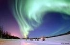 É um fenômeno óptico composto de um brilho observado nos céus noturnos em regiões próximas a zonas polares, em decorrência do impacto de partículas de vento solar no campo magnético terrestre. Em latitudes do hemisfério norte é conhecida como aurora boreal. </br></br> Palavras-chave: Natureza. Brilho. Meio ambiente. Noites. Hemisfério Norte. Latitutes. Alasca. Zonas Polares.