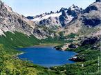 Bariloche, o nome completo San Carlos de Bariloche. � uma cidade da Argentina localizada na Prov�ncia de R�o Negro, junto � Cordilheira dos Andes na fronteira com o Chile. Est� rodeada por lagos (Nahuel Huapi, Guti�rrez, Mascardi) e montanhas, como o Cerro Tronador (3.354 m de altitude, na fronteira com o Chile), o Cerro Catedral (movimentada esta��o de esqui) e o Cerro L�pez. </br></br> Palavras-chave: Bariloche. Argentina. Cordilheira dos Andes. Chile. Lagos. Montanhas. Relevo. Clima.