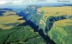 O Itaimbezinho � um c�nion (ou desfiladeiro) situado no Parque Nacional de Aparados da Serra, no Rio Grande do Sul, Brasil, a cerca de 170 km ao nordeste de Porto Alegre, pr�ximo � fronteira do estado de Santa Catarina.  </br></br>  Palavras-chave: Dimens�o Socioambiental. Demogr�fica. Territ�rio. Turismo. Capitalismo. Natureza. Canyon.
