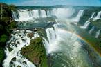 A área das Cataratas do Iguaçu (em espanhol, <em>Cataratas del Iguazú</em>) compreende um conjunto majestoso de cerca de 275 quedas de água no Rio Iguaçu (na Bacia Hidrográfica do Rio Paraná), localizadas entre o Parque Nacional do Iguaçu, Paraná, no Brasil, e o Parque Nacional Iguazú, Misiones, na Argentina. A área total de ambos os parques nacionais corresponde a 250 mil hectares de floresta sub-tropical, declarada como Patrimônio Natural da Humanidade. </br></br> Palavras-chave: Rio Iguaçu. Paraná. Cataratas. Turismo. Quedas d' água. Parque Nacional. Turistas. Mata Atlântica.