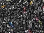 Apenas 2% dos brasileiros disponibilizam seus aparelhos celulares para a reciclagem. Muitos usuários guardam em casa baterias velhas de celulares, carcaças, antenas e outros acessórios por não saberem como descartá-las de forma correta. Esses produtos não devem ser jogados no lixo comum, pois a sua composição contém substâncias tóxicas como mercúrio, chumbo e cádmio, que agridem o meio ambiente e são altamente prejudiciais à saúde.  </br></br>  Palavras-chave: Celulares. Baterias. Meio Ambiente. Substâncias Tóxicas. Lixo. Saúde. Consumismo.