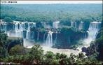 Cataratas do rio Iguaçu, em Foz do Iguaçu, localiza-se na divisa do Brasil, Paraguai e Argentina, na tríplice fronteira. </br></br> Palavras-chave: Cataratas do Iguaçu. Foz do Iguaçu. Turismo. Turistas. Dimensão Socioambiental. Lugar. Território. Região. Dimensão  Econômica da Produção do e no Espaço. Sociedade. Hidrografia.