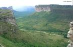 A Chapada Diamantina � uma regi�o de serras, situada no centro do Estado brasileiro da Bahia, onde nascem quase todos os rios das bacias do Paragua�u, do Jacu�pe e do Rio de Contas. </br></br> Palavras-chave: Chapada. Relevo. Bahia. Geomorfologia. Serras. Bacia Hidrogr�fica.