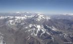 A Cordilheira dos Andes é uma vasta cadeia montanhosa, formada por um sistema contínuo de montanhas ao longo da costa ocidental da América do Sul, sendo a formação geológica da mesma datada do período Terciário. </br></br> A cordilheira possui aproximadamente 8.000 quilômetros de extensão e é a maior cadeia de montanhas do mundo (em extensão), e em seus trechos mais largos chega a 160 quilômetros do extremo leste ao oeste. Sua altitude média gira em torno de 4 mil metros e seu ponto culminante é o pico do Aconcágua com 6962 metros. </br></br> A Cordilheira dos Andes se estende desde a Venezuela até a Patagônia, atravessando toda a América do Sul, caracterizando a paisagem do Chile, Argentina, Peru, Bolívia, Equador, Colômbia e Venezuela. </br></br> Palavras-chave: Cordilheira dos Andes. Chile. Tectonismo. Países Andinos. Andes. Patagônia. América do Sul. Paisagem. Montanhas. Formação Geológica. Relevo. Área de Encontro de Placas.