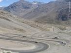 A Cordilheira dos Andes � uma vasta cadeia montanhosa, formada por um sistema cont�nuo de montanhas ao longo da costa ocidental da Am�rica do Sul, sendo a forma��o geol�gica da mesma datada do per�odo Terci�rio. Possui proximadamente 8.000 km de extens�o e � a maior cadeia de montanhas do mundo (em extens�o), e em seus trechos mais largos chega a 160 km do extremo leste ao oeste. Sua altitude m�dia gira em torno de 4 mil metros e seu ponto culminante � o pico do Aconc�gua com 6.962 metros. </br></br> Palavras-chave: Andes. Patag�nia. Am�rica do Sul. Paisagem. Montanhas. Forma��o Geol�gica. Relevo. Encontro de Placas Tect�nicas.