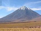 O deserto de Atacama est� localizado na regi�o norte do Chile. Com cerca de 200 km de extens�o, � considerado o deserto mais alto e mais �rido do mundo, pois chove muito pouco na regi�o. Isso ocorre por causa das correntes mar�timas do Pac�fico que n�o conseguem passar pelo deserto, por causa de sua altitude. Assim, quando se evaporam, as nuvens �midas descarregam seu conte�do antes de chegar ao deserto, podendo deix�-lo durante �pocas sem chuva. </br></br> Palavras-chave: Deserto de Atacama. Chile. Aridez. Pluviosidade. Umidade. Chuvas. Altitude. Correntes Mar�timas. Oceano Pac�fico. Clima.
