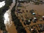 Enchente ou cheia é, geralmente, uma situação natural de transbordamento de água do seu leito natural, qual seja, córregos, arroios, lagos, rios, mares e oceanos provocadas geralmente por chuvas intensas e contínuas. A ocorrência de enchentes é mais frequente em áreas mais ocupadas, quando os sistemas de drenagem passam a ter menor eficiência.  </br></br> Palavras-chave: Rios. Enchentes. Leito. Chuvas. Drenagem. Ocupação de Áreas de Risco. Urbanização.