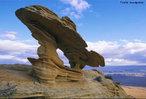"""A erosão causada pelo vento se chama eólica, é a retirada superficial de fragmentos mais finos. É o desgaste físico das rochas através, principalmente, do impacto e/ou atrito de partículas transportadas pelo vento. O vento """"esculpe"""" as rochas lhes atribuindo formas.  </br></br>  Palavras-chave: Erosão. Ventos. Rochas. Atrito."""