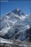 O <em>Everest</em> (ou Evereste) é a montanha mais alta do mundo. Situa-se na fronteira entre o Nepal e o Tibete (China) e está localizado na cordilheira do Himalaia.    </br></br>  Palavras-chave: Pico Everest. Neve. Cordilheira. Nepal. Tibete. Relevo.