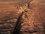 A falha de San Andréas corresponde a uma anomalia geológica que se estende por aproximadamente 1.290 km no território da Califórnia (EUA), que marca a divisão entre duas placas tectônicas, nesse caso a placa do Pacífico e a placa Norte-americana. Por causa desse acidente geológico essa área possui um grande potencial na ocorrência de abalos sísmicos, porque como se trata de uma área de encontro, desenvolve acomodações resultando nesse tipo de fenômeno. </br></br> Palavras-chave: Falha. Placas Tectônicas. Abalos Sísmicos. San Andréas. Relevo.