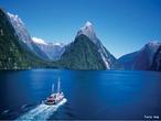 O <em>Fiordland National Park</em>, na Nova Zel�ndia, � um lugar extraordin�rio. Toda a �rea foi declarada Patrim�nio da Humanidade, por sua import�ncia, beleza, e geografia �nica. Para come�ar, os 14 Fiordes que comp�em o Parque, foram cavados pelo degelo nas montanhas e tamb�m pela a��o dos ventos em milh�es de anos. Isso formou um labirinto de canais e pared�es de pedra que, com altura de quase 2000 metros, ainda teimam em entrar mar adentro, chegando em alguns pontos a 480 metros de profundidade. Para completar o quadro, o degelo da neve no topo das montanhas formam dezenas de cachoeiras que descem de alturas vertiginosas e caem diretamente no mar. Toda essa �gua doce se mant�m na superf�cie, filtrando a luz solar, e permitindo que esp�cies que normalmente habitam as profundezas passem a viver perto da superf�cie, � o caso do Coral Negro e do Vermelho. </br></br> Palavras-chave: Nova Zel�ndia. Fiordes. Degelo. Neve. Montanhas. Geografia. Relevo. Eros�o.
