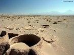 Em San Pedro de Atacama, no Chile, fica o campo de gêisers <em>El Tatio</em>, o terceiro maior do mundo e um dos mais altos que existem. Por causa da altitude do campo (<em>El Tatio</em> fica aproximadamente 4,2 mil metros acima do nível do mar), faz muito frio e as temperaturas chegam a ficar negativas.</br></br> Os grandes jatos de vapor com até 10 m de altura são lançados do interior da terra para a superfície, por meio de rachaduras no solo. O vapor é proveniente de rios subterrâneos que entram em contato com a rocha quente, e chegam à superfície com 85 ºC de temperatura. </br></br> Palavras-chave: Chile. San Pedro de Atacama. Gêisers. Temperatura. Altitude. Rios Subterrâneos. El Tatio.