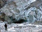 As geleiras s�o uma das maiores atra��es da Nova Zel�ndia e sem d�vida, a mais importante do Litoral Oeste. Elas descem do alto dos Alpes em forma de l�nguas de gelo, atrav�s dos vales em dire��o ao mar. O que as faz �nicas � a localiza��o geogr�fica, j� que em nenhuma outra parte do mundo, nesta latitude, podem encontrar-se geleiras que cheguem quase aos 300 metros sobre o n�vel do mar. </br></br> Palavras-chave: Geleiras. Nova Zel�ndia. Alpes. Gelo. Latitude. Turismo.