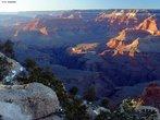 O <em>Grand Canyon</em> � um acidente geogr�fico (desfiladeiro) dos Estados Unidos da Am�rica. � uma depress�o que o rio Colorado moldou durante milhares de anos � medida que suas �guas percorriam o leito, aprofundando-o ao longo de 446 km. Chega a medir entre 6 e 29 km de largura e atinge profundidades de at� 1.600 metros. Cerca de 2 milh�es de anos da hist�ria geol�gica da Terra foram expostos pelo rio, � medida que este e os seus afluentes v�o expondo camada ap�s camada de sedimentos.  </br></br> Palavras-chave: Geologia. Desfiladeiros. Depress�o. Rochas Sedimentares. Relevo. Eros�o.