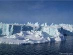 Os <em>icebergs</em> s�o peda�os de gelo que se desprendem de um bloco de gelo maior ou geleiras. Eles podem medir quil�metros: o que a gente v� na superf�cie n�o � tudo, a maior parte do <em>iceberg</em> fica dentro da �gua. Ele � formado por �gua doce que fica congelado em geleiras e quando se solta, navega pelo mar gelado sem destino. A Ant�rtica e a Groenl�ndia s�o os principais pontos onde se formam <em>icebergs</em>. </br></br> Palavras-chave: Iceberg. �gua. Mar. Ant�rtica, Groel�ndia. Gelo. Geleiras.