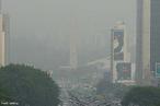 É um fenômeno climático que ocorre principalmente nos grandes centros urbanos, regiões onde o nível de poluição é muito elevado.  Ocorre quando há uma mudança abrupta de temperatura devido à inversão das camadas de ar frias e quentes. Imagem da cidade de São Paulo.  </br></br> Palavras-chave: Fenômenos Climáticos. Poluição. Centros Urbanos. Temperatura. Industrialização.