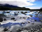 O Lago Argentino � o maior e o mais austral dos grandes lagos patag�nicos da Argentina. Fica situado na Prov�ncia de Santa Cruz, a 187 metros de altura, cobre uma superf�cie de 1.466 km� e tem uma profundidade m�dia de 150 m de altitude, alcan�ando em alguns pontos os 500 m; seu volume total passa de 219.900 milh�es de m�. Na sua margem, situa-se parte do Parque Nacional Los Glaciares e se encontra a cidade de El Calafate que � a base tur�stica mais habitual para a explora��o da regi�o. </br></br> Palavras-chave: Argentina. Lago Argentino. Parque Nacional Los Glaciares. Turismo.