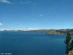 O Lago Titicaca localizado entre o Peru e a Bolívia, é o lago navegável mais alto do mundo, está a 3.809 metros acima do nível do mar, com uma superfície de 8.560 km², tendo um comprimento de 194 Km e uma largura média de 65 Km, na Cordilheira dos Andes. Também é o segundo em extensão da América Latina. Localizado no altiplano dos Andes, possui uma profundidade média de 140 a 180 m, e uma profundidade máxima de 280 m. Mais de 25 rios desaguam no lago Titicaca, e o lago tem 41 ilhas, algumas densamente povoadas. </br></br> Palavras-chave: Lago Titicaca. Peru. Bolívia. Fronteira. Andes. Rios. Ilhas. Altitude.