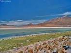 Chalviri fica próximo a Laguna Colorada, com 60 km² de superfície, fica a 4.278 m de altitude e tem fauna abundante e variada. Ali podemos observar gêiseres, fumarolas e poços vulcânicos. </br></br> Palavras-chave: Chalviri. Laguna Colorada. Salar de Uyuni. Gêiseres. Poços Vulcânicos.