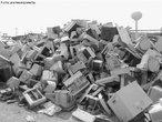 Uma das classificações adotadas para os tipos de lixo é o eletrônico. O ritmo acelerado dos avanços tecnológicos no campo dos dispositivos eletroeletrônicos tornam os equipamentos, em pouco tempo, ultrapassados e ineficientes frente as exigências de seus usuários, que optam por trocá-los por modelos mais novos. Esta situação pode ser observada tanto em residências, quanto em escritórios, escolas e empresas, e inclui os mais variados equipamentos, tais como: computadores, equipamentos de telecomunicação, diversos equipamentos eletroeletrônicos, eletrodomésticos, celulares, entre outros. </br></br> Palavras-chave: Lixo Eletrônico. Consumo. Consumismo. Tecnologia. Meio Ambiente.