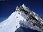 O <em>Everest</em> (ou Evereste) é a montanha mais alta do mundo. Está localizado na cordilheira do Himalaia. Situa-se na fronteira entre o Nepal e o Tibete (China). </br></br> Palavras-chave: Montanhas. Relevo. Altitude. Neve. Ásia.
