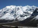 O Himalaia (ou Himalaias) � a mais alta cadeia montanhosa do mundo, localizada entre a plan�cie indo-gang�tica, ao sul, e o planalto tibetano, ao norte. O nome Himalaia vem do s�nscrito e significa �morada da neve�. Os Himalaias formam um grande sistema montanhoso, que incluem o Himalaia propriamente dito, o Carac�rum, o Hindu Kush e o Pamir. Este sistema estende-se por seis diferentes na��es: Afeganist�o, Paquist�o, �ndia, Nepal, But�o e Rep�blica Popular da China. Juntas estas cordilheiras formam o sistema montanhoso do Himalaia chamado de teto do mundo, e lar dos picos mais altos do planeta, o Monte Everest (8.844 m) e o K2 (8.611 m). O pico mais alto fora dos Himalaias � o Aconc�gua, nos Andes, com 6.962 m, e somente no Himalaia h� mais de 100 picos excedendo os 7.200 metros de altitude. </br></br> Palavras-chave: Montanhas. Relevo. Altitude. Neve.