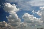Nuvem � um conjunto vis�vel de part�culas min�sculas de �gua l�quida ou de gelo, ou de ambas ao mesmo tempo, em suspens�o na atmosfera. Esse conjunto pode conter, tamb�m, part�culas de �gua l�quida ou de gelo em maiores dimens�es, e part�culas procedentes, por exemplo, de vapores industriais, de fuma�as ou de poeiras. </br></br> Palavras-chave: Calor. Condensa��o. Vapor d'�gua. Nuvem. Clima. Tempo.