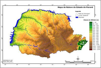 O Estado do Paraná apresenta uma grande variedade nas formas de relevo. No conjunto, apresenta uma sucessão mais ou menos harmoniosa de planaltos, cada qual com características bem típicas. Tais diferenciações são de ordem topográfica, climática e geológica.  </br></br> De leste para oeste, logo após a Planície Litorânea, temos a Serra do Mar, onde temos a área ambiental mais preservada do território estadual, com a exuberante flora subtropical, dominante nos estados sulinos. O ponto mais elevado não só do estado, mas de toda a porção meridional do Brasil, é o pico Paraná com 1.962 metros de altitude.  </br></br> A partir das encostas ocidentais da Serra do Mar, começa o Primeiro Planalto ou Planalto de Curitiba, cuja altitude varia entre 850 e 950 metros, estende-se até a Serra de São Luís do Purunã. Surge aí o Segundo Planalto ou Planalto de Ponta Grossa, formando a região dos Campos Gerais. Em sua porção oriental, vento e chuva esculpiram por milhões de  anos as famosas formações de arenito de Vila Velha. A altitude média deste planalto, 1.188 metros, baixa em seu extremo, às margens do Rio lvaí, para 484 metros.  </br></br> Na faixa mais oeste do Estado, aproximadamente dois terços do território, situa-se o Terceiro Planalto, ou de Guarapuava, que vai terminar nas margens do Rio Paraná, onde sua altitude média se reduz a 170 metros. Todo ele é percorrido por extensos rios, o Ivaí, o Piquiri, o Iguaçu, constituídos por diversas cachoeiras, destacando-se as famosas Cataratas do Iguaçu.</br></br>Palavras-chave: Relevo. Hidrografia. Clima. Paraná. Planície Litorânea. Serra do Mar. Pico Paraná. Primeiro Planalto. Planalto de Curitiba. Segundo Planalto. Planalto de Ponta Grossa. Vila Velha. Terceiro Planalto. Planalto de Guarapuava.